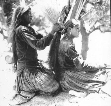 dine-mother-tying-daughters-hair-orig