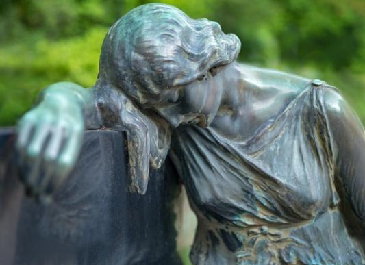 Grabfigur auf dem Friedhof